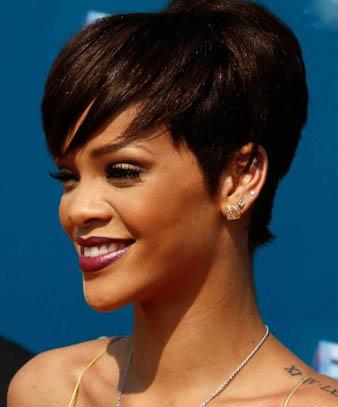 R&B müziğin kraliçesi Rihanna her daim saçlarını saç stilisti Ursula Stephen'in maharetli ellerine teslim etmekte ve iddialı saç modelleri ile karşımıza çıkmaktadır. Bu defa ise resimde gördüğünüz üzere Rihanna kısa saçlarını kahverengiye boyatmış, ustural ile kesilmiş olan saçlarını ise anlının üstüne düşecek şekilde sağ tarafa taratmıştır. Saçlarının arkasını kabarttıran Rihanna kısa saçları ile fark yaratmıştır.