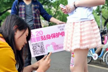 Pelajar Wanita di China Sewakan Paha untuk Beriklan