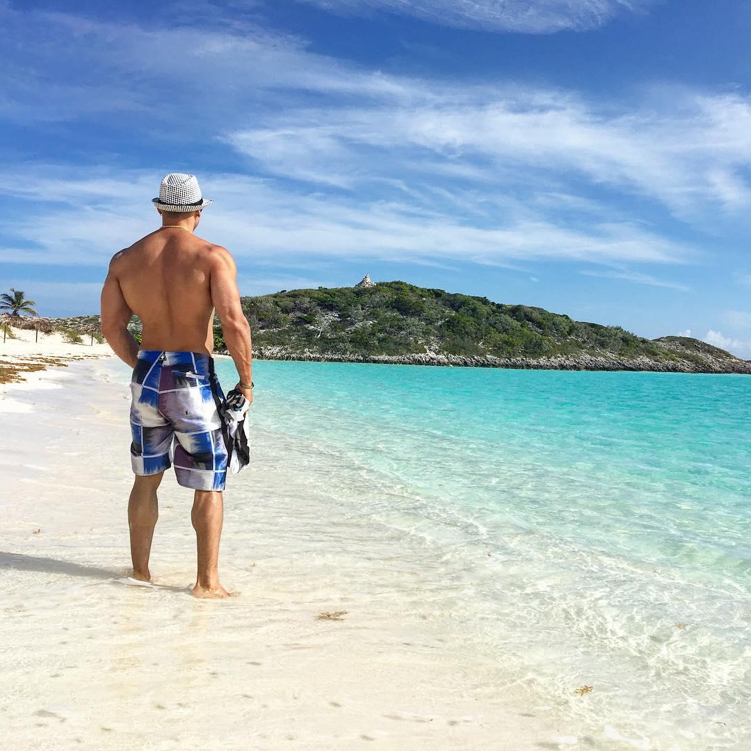 Felipe Franco passa as férias em praia nas Bahamas. Foto: Arquivo pessoal