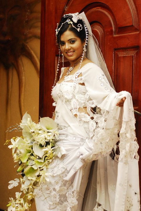 Sirikata News Paper http://srilankan-star.blogspot.com/2011/08/striking-bridal-model-nuwangi.html