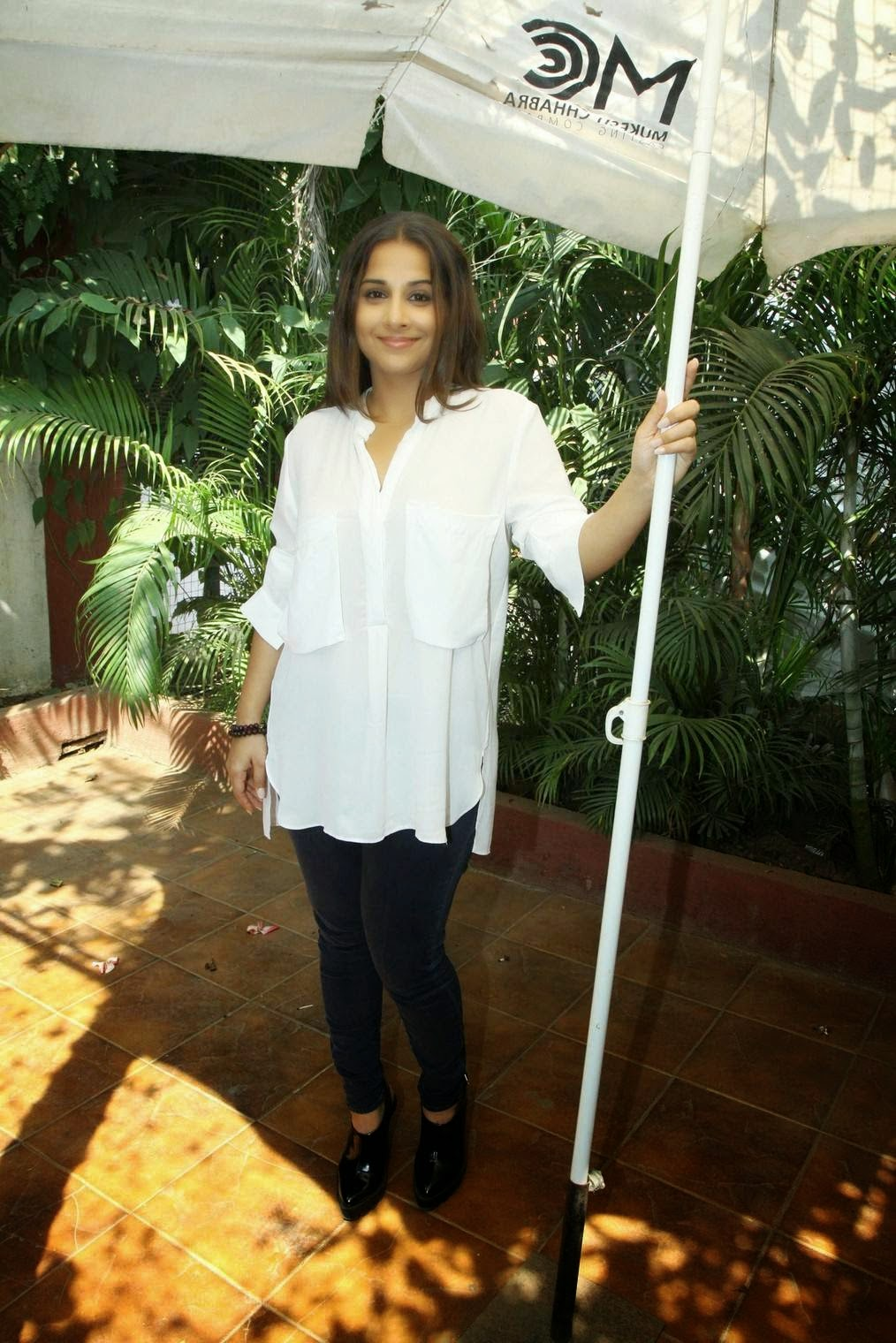 Vidya Balan Pictures in White and Black Jeans at Mukesh Chabbra's Acting Workshop