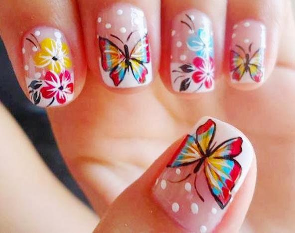 Mariposas en las uñas muy bellas.