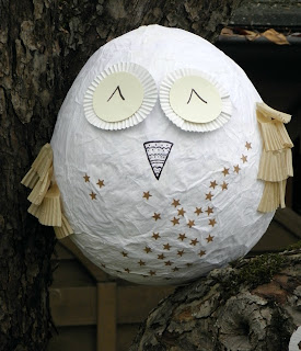 Craft tutorial to make a woodland owl from a balloon.