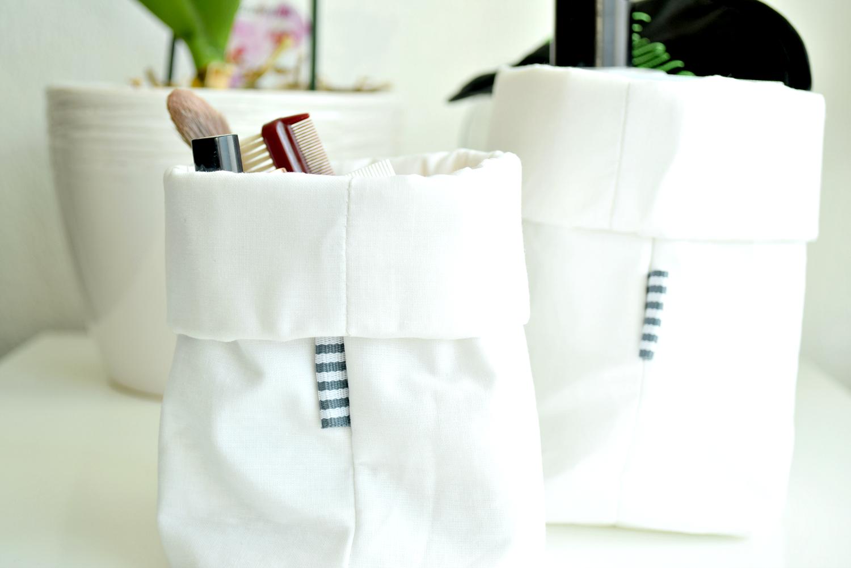 białe koszyki na kosmetyki