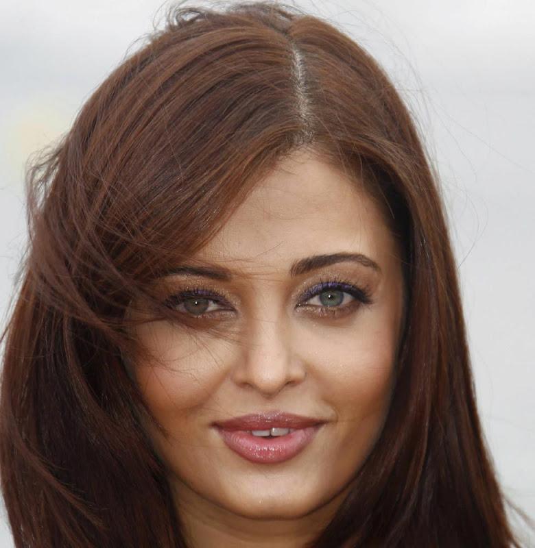 Aishwarya Rai Bachchan Heroine photocall Stills cleavage