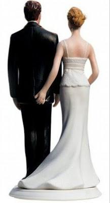 la novia le mete la mano al novio