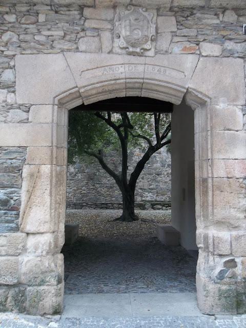 puerta a un jardín