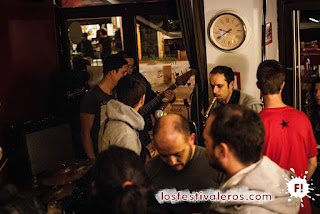 7. La música se hace fuerte en cualquier lugar. Basta una escena improvisada sobre dos mesas o un pequeño rincon al fondo junto al baño, o el hueco de la entrada, como en la foto, Les Galops en Le Petit Vasco.