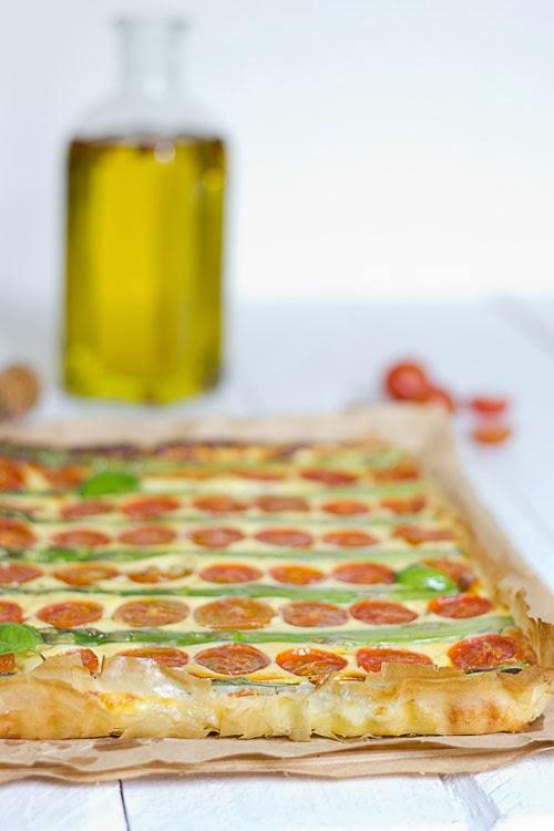 Tarta de queso riccotta, espárragos y tomates