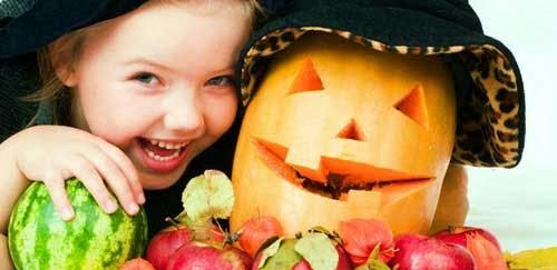 niña pequeña con calabaza de halloween