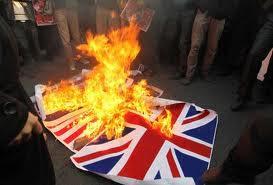 Tensão aumenta: Reino Unido retira diplomatas do Irã após ataque à embaixada