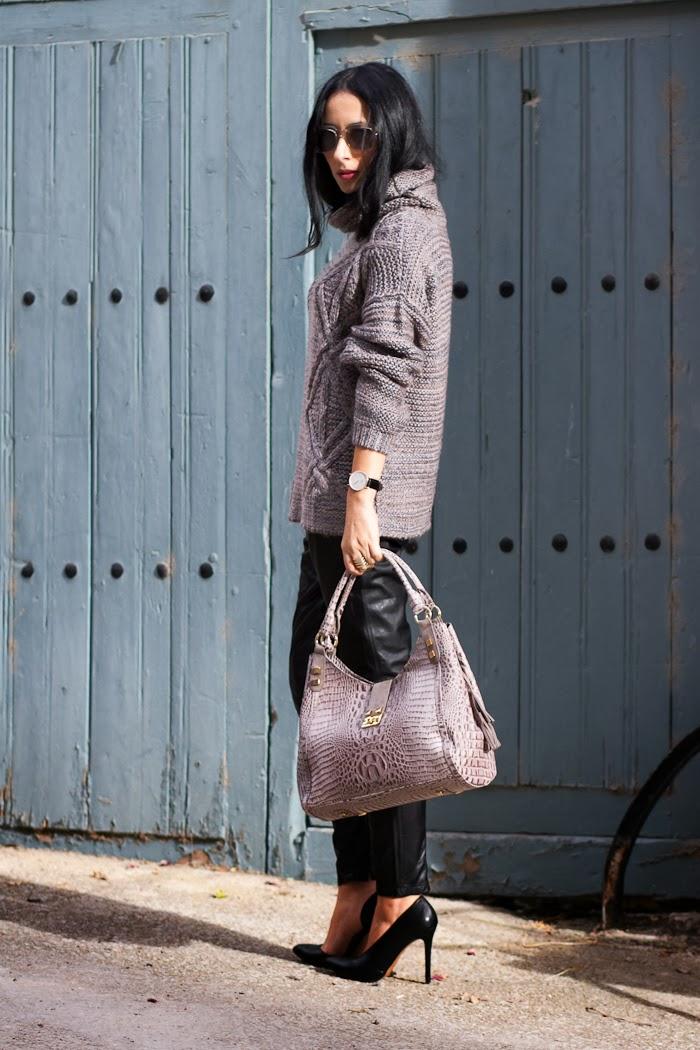 Look Rock con pantalones pitillo de cuero de Muubaa y zapatos asimétricos de Zara