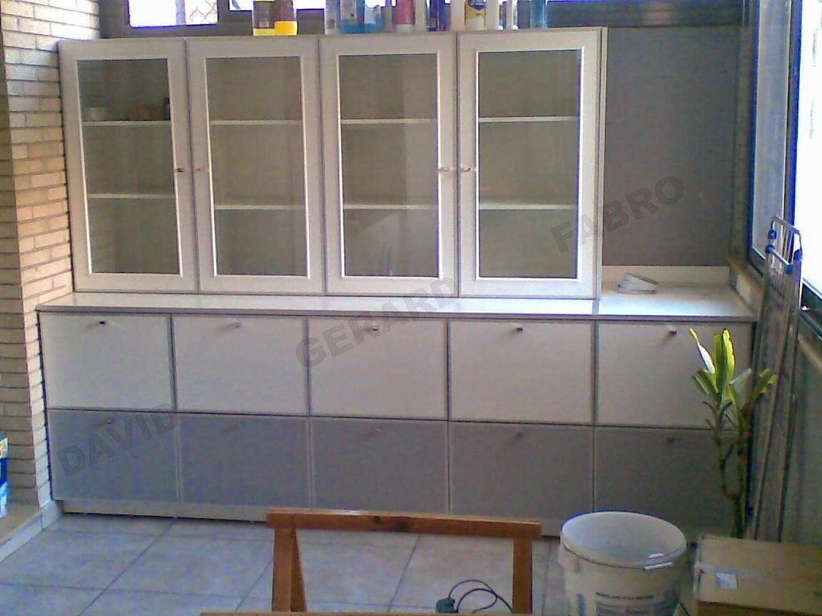 Mueble Zapatero con armario de puertas de cristal para artículos de limpieza.