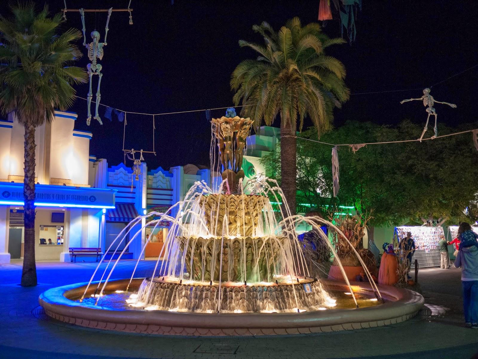 Fuente del Parque Warner iluminada en Halloween