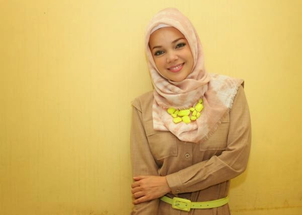 Gaya Model Jilbab Hana - Dewi Sandra
