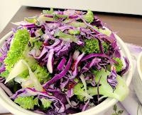 Salada de Brócolis com Repolho Roxo e Cranberries (vegana)