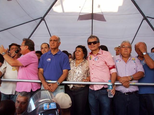 Ao lado de Vando e Ranulfo, Souto é recebido por multidão em Cansanção