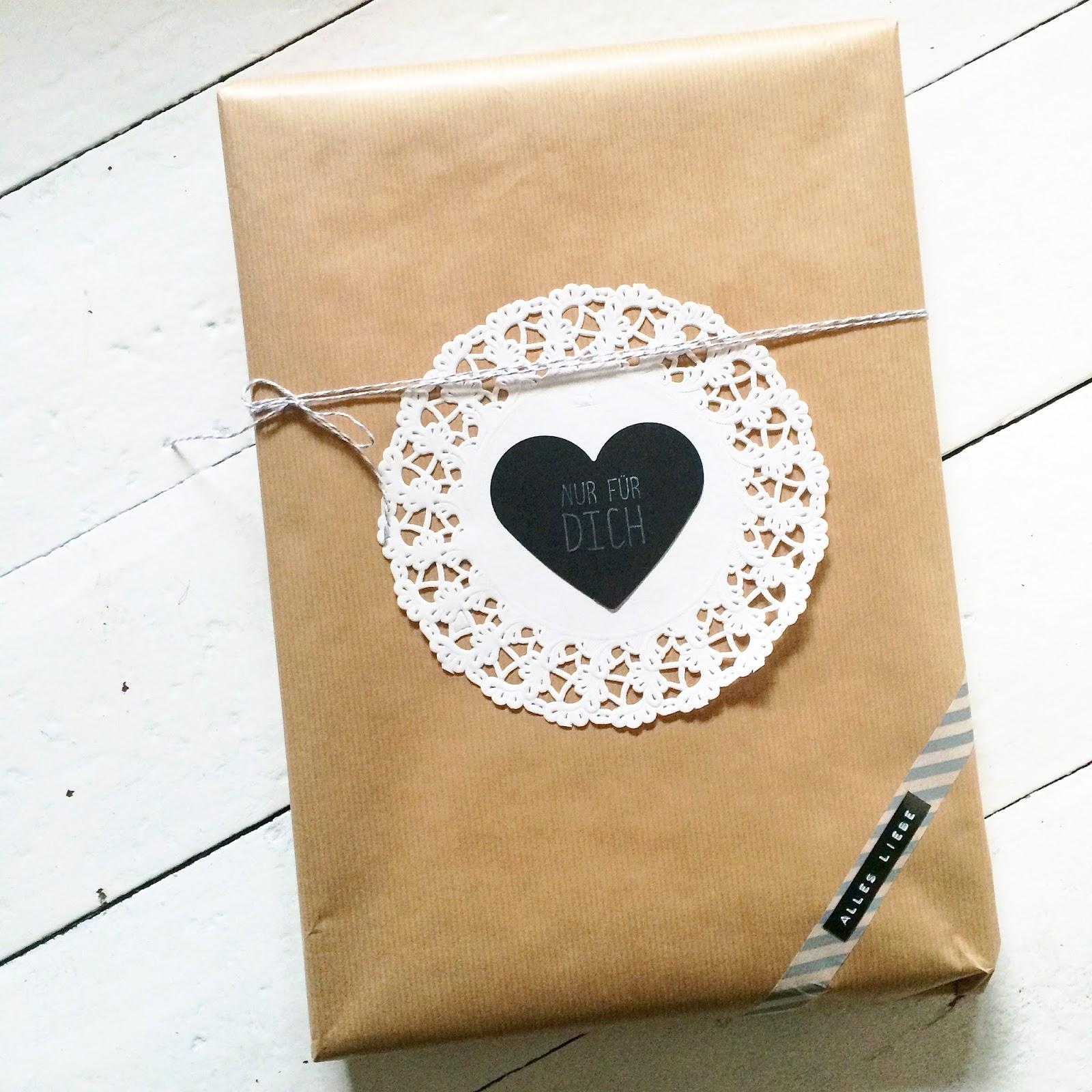 Mmi, Mittwochs mag ich, Packpapier, Tortenspitze, Geschenke kreativ verpackt, DIY, Stempel, Masking Tape, Bäckergarn, Label, Etikett, Verpackungsidee, DIY, basteln