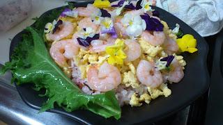 シェフ派遣:ビタミンたっぷりエディフルフラワーと海老の美しいちらし寿司