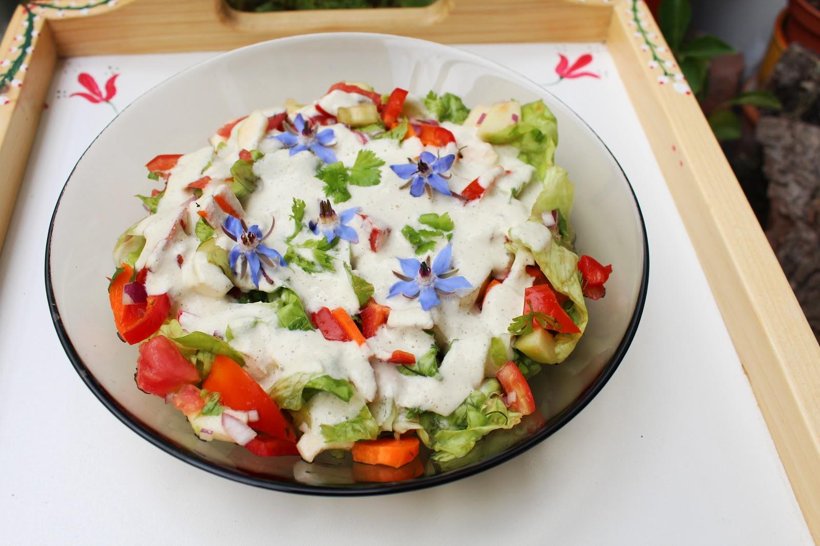 saláta, kesudió öntettel