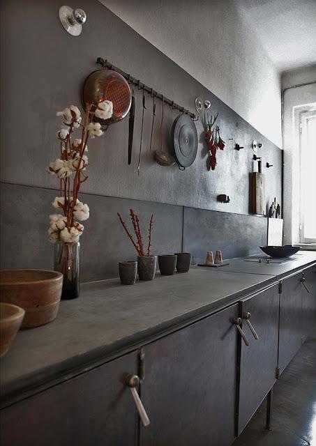 Italienisches Design in spartanischer Einrichtung in Berliner Wohnung: Küche