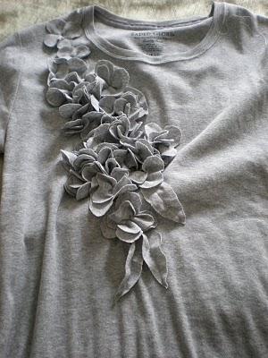 Camiseta com aplicações de flores de tecido