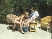 Esposa safada metendo com o maridao no jardim