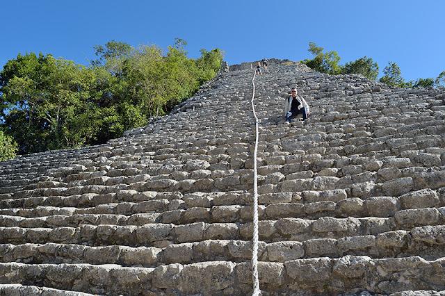 Gens qui escaladent la pyramide Nohoch Mul à Cobá