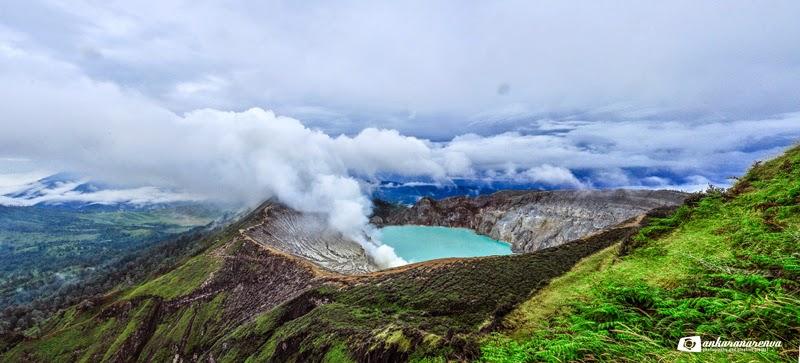 Panorama Kawah Ijen dilihat dari puncak Merapi.