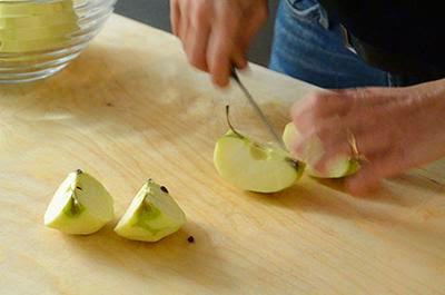 Crostata di mele: sbucciare le mele e tagliarle in quattro parti eliminando il torsolo