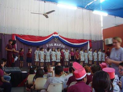presentación de niños en acto escolar