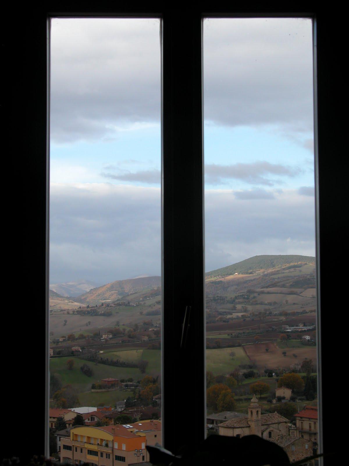 Divano davanti porta finestra idee per il design della casa for Telaio della finestra progetta il design della casa