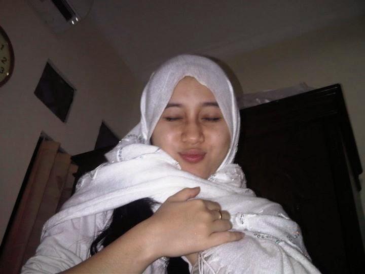 Foto Hijab Putih ini Sebelum Pakai hijab Lohh nyoba2 aja Khasmir jenisnya dan mudah di Bentuk seperti itu aja sudah...