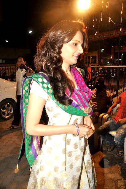 Monica Bedi visits Andheri Cha Raja Ganesh