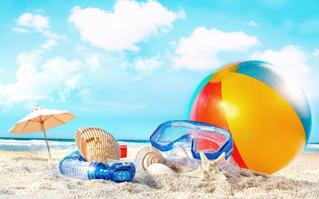 Foto met strandbal, snorkel, duikbril, zeester, schelpen, parasol, strand en zee