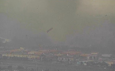 foto mobil terbang akibat Tornado