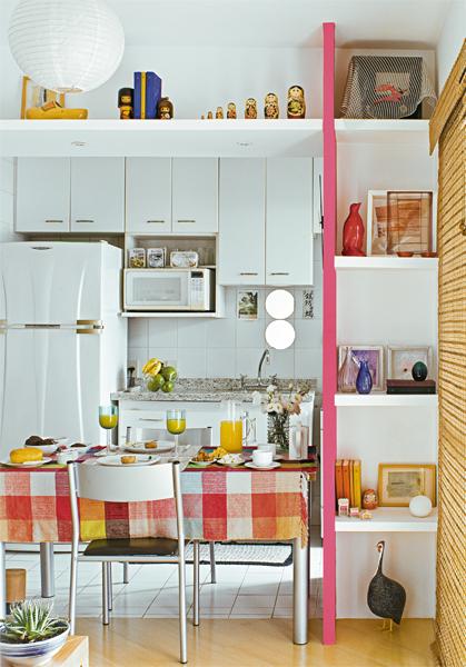 decoracao de sala simples e pequena e barata: sala pode receber banquetas, ou servir de apoio para a mesa de jantar