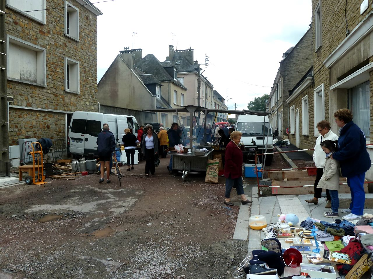 8 la commune vide grenier in the rain part 2. Black Bedroom Furniture Sets. Home Design Ideas