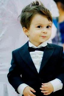 Foto anak laki-laki imut tapi keren dengan gaya busana yang dipakainya