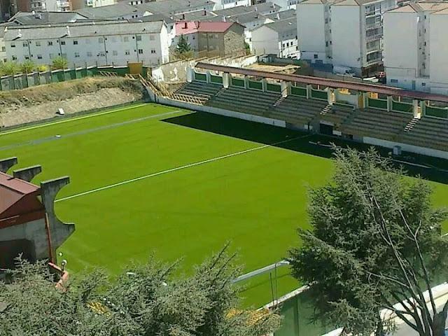 foto del campo de futbol con el cesped artificial