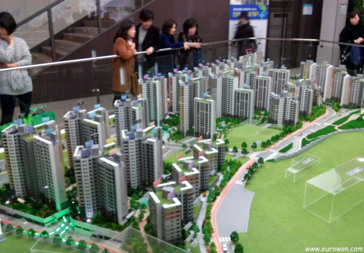 Coreanos viendo maquetas de edificios de apartamentos