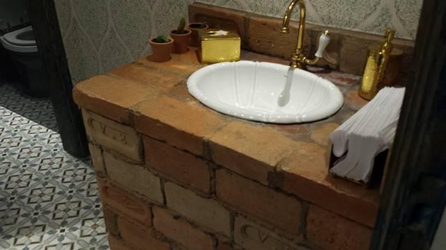 Bancada de tijolos e piso de ladrilho hidráulico