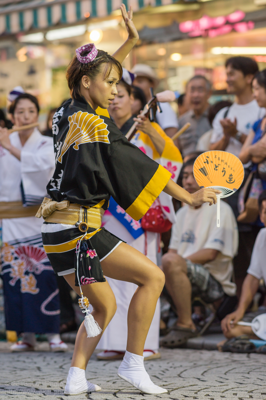 三鷹阿波踊り、富道連の女性の男踊り うちわ
