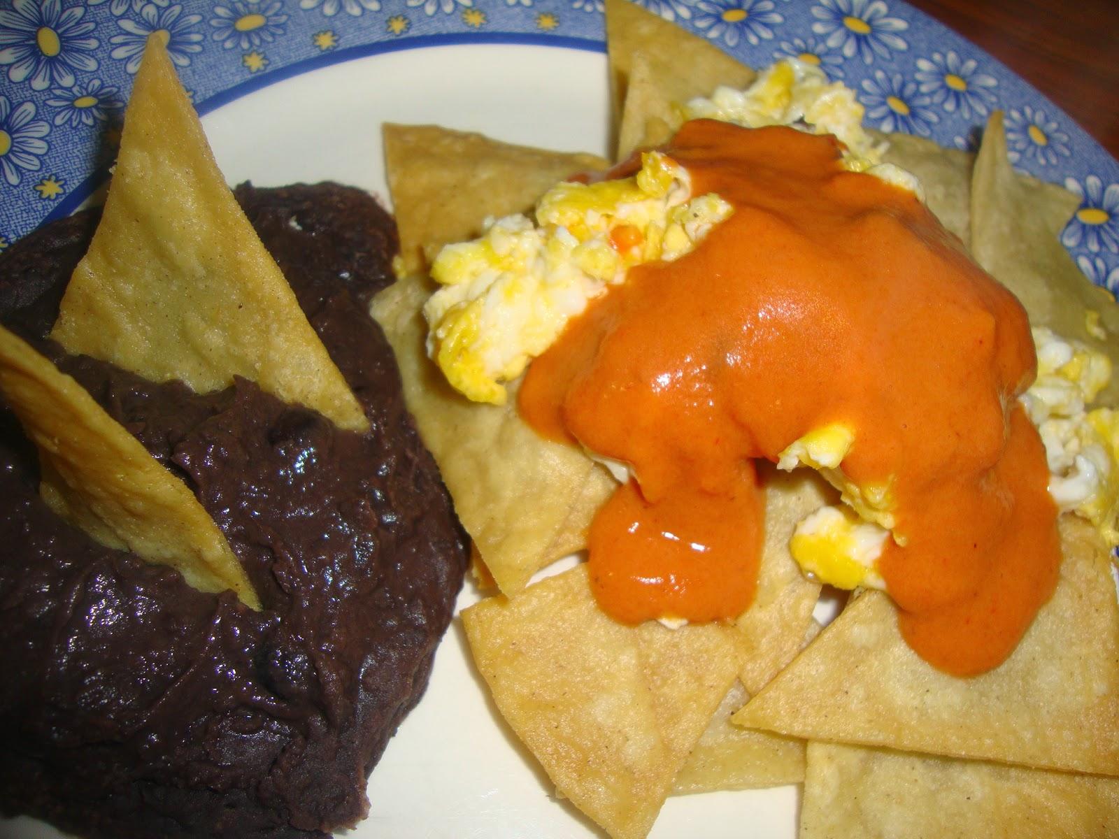 huevo sobre totopos de maíz y salsa