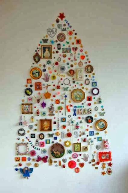 Świąteczna choinka na ścianie wykonana z ozdób