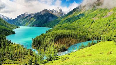 Lago de aguas azules en las montañas nevadas