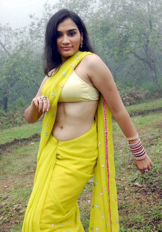 Suhani Desi Mallu Actress Showing Hot Navel Visible Up Blouse Through