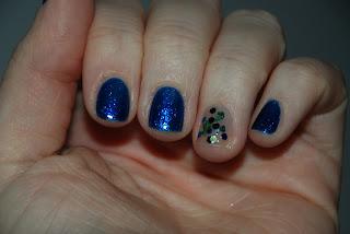Kolorowe paznokcie nr 2. Iskrzący granat z H&M.