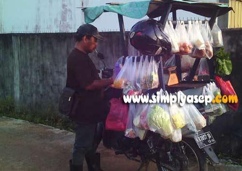Almarhum Pak De setiap hari berkeliling komplek.  Selamat Jalan pak De. Foto Asep Haryono