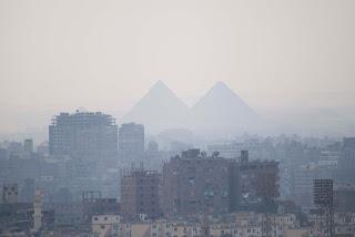Pirámides de Giza al fondo de la ciudad del Cairo